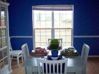 mieszkanie z niebieskimi ścianami